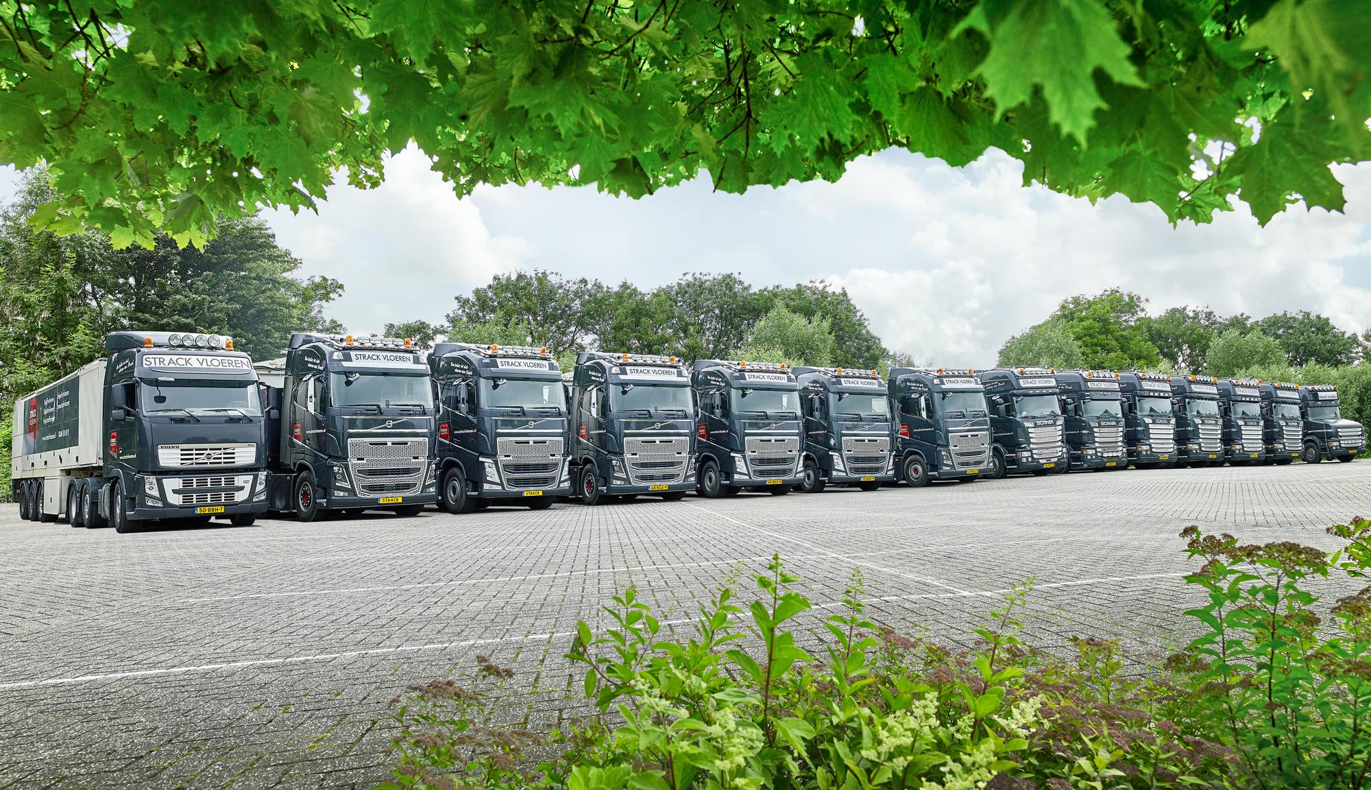 vrachtwagens op een rij strack vloeren